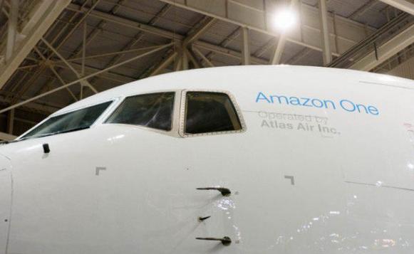 据了解,亚马逊还从Atlas Air Worldwide HoldinGS和Air Transport Services Group租借了40架波音飞机,这些飞机以及整个航空货运网络将全部交给Air Transport Services Group运营。其中有11架飞机已经开始为亚马逊的Prime会员计划服役,为会员们提供免费两日达送货服务。剩余的飞机将在未来两年内陆续投入运营。 亚马逊全球运作和客户服务副总裁 Dave Clark 表示, 他们将利用这 40 架货运飞机与亚马逊 Amazon Flex